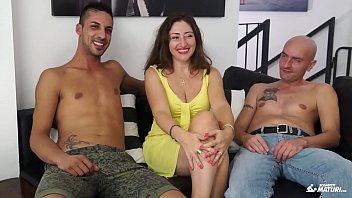 SCAMBISTI MATURI - Cum on tits for brunette mature Italian having a threesome