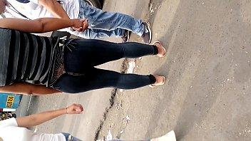cougar en jeans oscuros con rico.